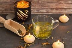 Chá com velas e fundo de madeira Foto de Stock Royalty Free