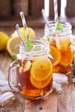 Chá congelado com fatias do limão Fotografia de Stock