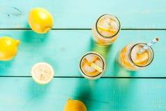 Chá congelado do verão com limão fotografia de stock