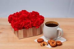 Chá, cookies e presente Fotos de Stock Royalty Free