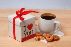 Chá, cookies e presente Foto de Stock Royalty Free