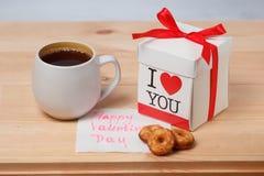 Chá, cookies e presente Fotografia de Stock Royalty Free
