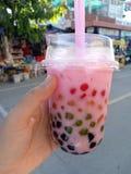 Chá cor-de-rosa do leite de Boba foto de stock
