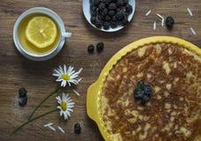 Chá da amora-preta da torta de Flatlay com margarida do limão em um pe de madeira da tabela imagens de stock royalty free
