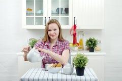 Chá da bebida da mulher nova foto de stock