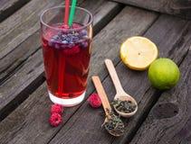 Chá da bolha com romã, chá verde e framboesa em um fundo de madeira Fotografia de Stock