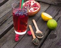 Chá da bolha com romã, chá verde e framboesa em um fundo de madeira Fotos de Stock