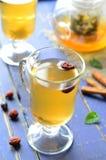 chá da Cão-rosa no fundo azul fotos de stock