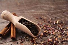 Chá da folha na colher de madeira Imagens de Stock Royalty Free
