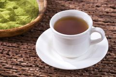 Chá da moringa oleifera com pó e folhas - moringa oleifera imagem de stock