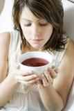 Chá da terra arrendada da mulher foto de stock royalty free