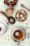 Chá de camomila com a cookie do pão-de-espécie da decoração Imagens de Stock Royalty Free