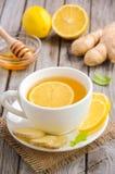 Chá de camomila com limão, gengibre e mel foto de stock