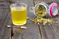 Chá de camomila pronto para beber imagem de stock