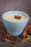 Chá de Chai em um copo azul fotografia de stock royalty free