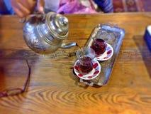 Chá de derramamento Fotografia de Stock
