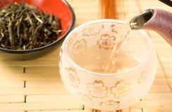 Chá de derramamento Imagens de Stock