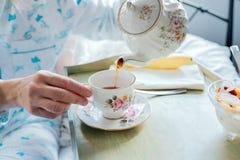 Chá de derramamento: Café da manhã na cama imagens de stock