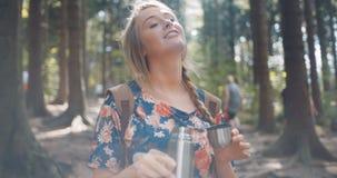 Chá de derramamento da menina loura bonita da garrafa térmica video estoque