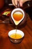 Chá de derramamento na cerimônia de chá chinesa fotografia de stock