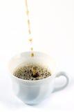 Chá de derramamento no copo de chá Fotografia de Stock