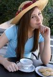 Chá de espera da menina bonita a ser serido Foto de Stock Royalty Free