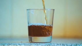 Chá de gelo de derramamento em um vidro no movimento lento filme