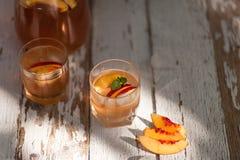 Ch? de gelo e nectarina Entalhe, dois vidros Uma bebida de refrescamento do ver?o foto de stock