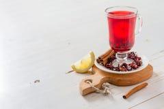 Chá de Karkade no fundo de madeira branco Fotografia de Stock Royalty Free