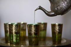 Chá de Marrocos do serviço em vidros tradicionais imagem de stock royalty free