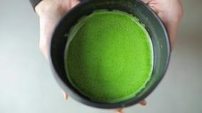 Chá de Matcha na bacia, ideia superior da bebida verde nas mãos fêmeas video estoque