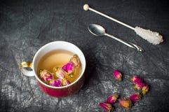 Chá de Rosa em um copo na tela escura Fotografia de Stock