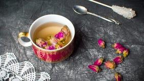 Chá de Rosa em um copo na tela escura Foto de Stock Royalty Free