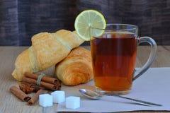 Chá de tonificação com um croissant Foto de Stock Royalty Free