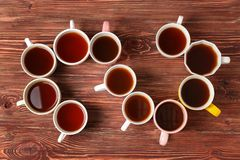 Chá delicioso em uns copos que formam a espiral fotos de stock