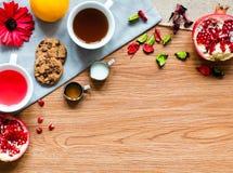 Chá do fruto com limão, leite, mel, laranja, romã, em um woode Imagens de Stock Royalty Free