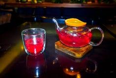 Chá do fruto de bagas da floresta com uma fatia de laranja em um de madeira fotografia de stock