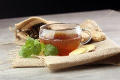 Chá do gengibre com hortelã e limão em backgroundy cinzento Imagens de Stock