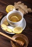 Chá do gengibre com limão, canela e mel no fundo de madeira imagens de stock