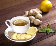 Chá do gengibre com limão e hortelã no fundo de madeira foto de stock