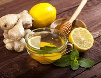Chá do gengibre com limão, hortelã e mel no fundo de madeira foto de stock royalty free