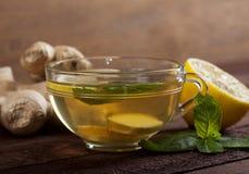 Chá do gengibre com limão, hortelã e mel no fundo de madeira fotografia de stock royalty free