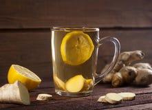 Chá do gengibre com o limão no fundo de madeira foto de stock royalty free