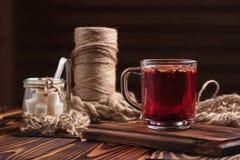 Chá do hibiscus com partes e açúcar do fruto Fotos de Stock