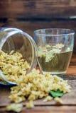 Chá do jasmim em um copo de vidro no fundo da placa velha da fatura Fotos de Stock Royalty Free