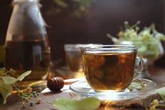 Chá do Linden com mel no fundo de madeira Imagens de Stock Royalty Free