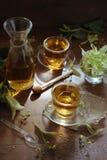 Chá do Linden com mel no fundo de madeira na luz do sol Imagens de Stock