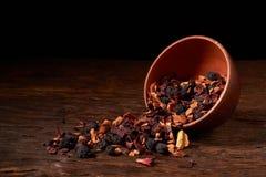 Chá do Natal dos frutos em uma bacia no fundo de madeira Foco seletivo fotografia de stock