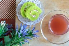 Chá do rolo e da morango do bolo fotografia de stock