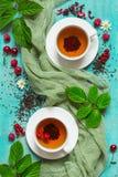 Chá do verão com as bagas nos copos brancos Imagens de Stock
